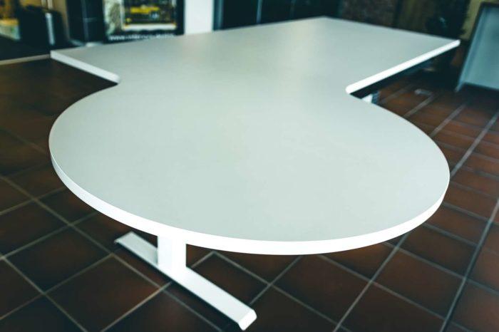 Schreibtisch auf niedrigster Stufe der Höhenverstellung.