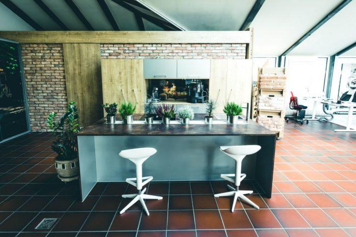 """Dank kompakter Bauweise lässt die Küche """"Venedig"""" trotz geringen Platzbedarfs keine Wünsche offen. Der Küchenblock eignet sich zum Kochen, zum Essen und Trinken oder einfach zur Unterhaltung am in die Mittelkonsole eingelassenen Flatscreen. Küchengeräte, Vorräte sowie Kühlschrank und Espressomaschine finden mühelos in der durchdachten Schrankkonstruktion Platz."""