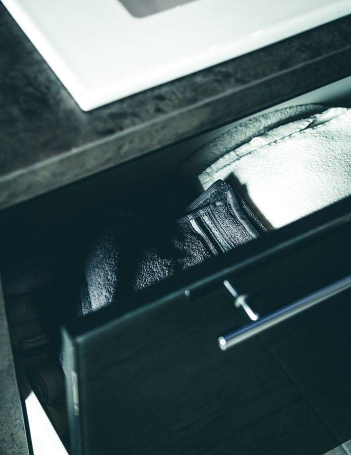 In den weit öffnenden Großraumschubladen, die passgenau in die Waschtischkommode integriert sind, ist eine Menge Platz.