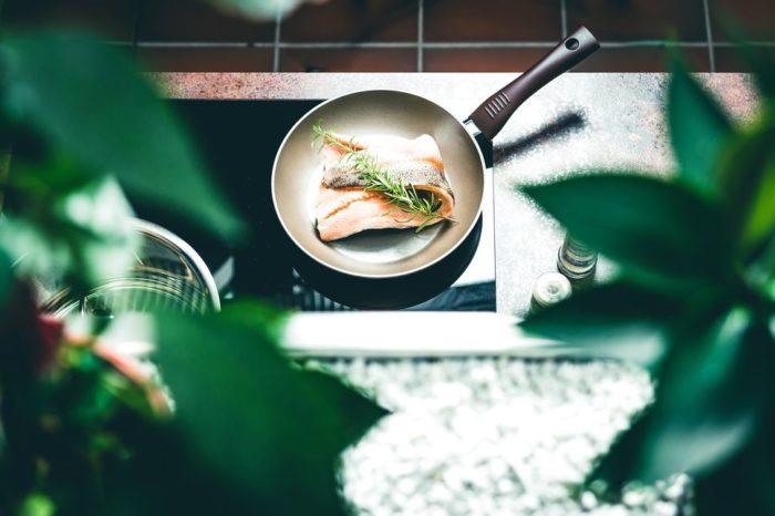 Ceran-Kochfeld sowie Edelstahlspülbecken und Armaturen sind passgenau in die Arbeitsfläche in Rostoptik eingelassen. Dank versiegelter Kanten ist die Oberfläche resistent gegen Feuchtigkeit.